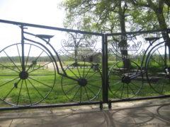 Pause auprès de Notre-Dame des Cyclistes. photo Didier C.