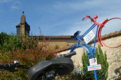 Vélo devant l'église de Carcarés - Crédit photos: Office de Tourisme du Pays Tarusate